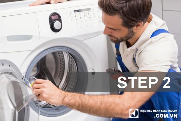 Bước 2: Tiến hành tháo dỡ từng bộ phận, linh kiện của máy giặt.