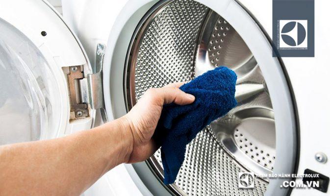 Lau sạch lồng giặt bằng khăn mềm