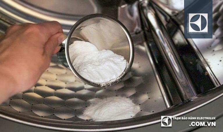 Đổ bột Baking Soda vào lồng giặt