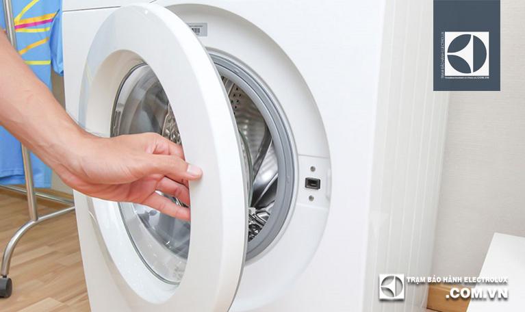 Kiểm tra và đóng chặt cửa máy giặt