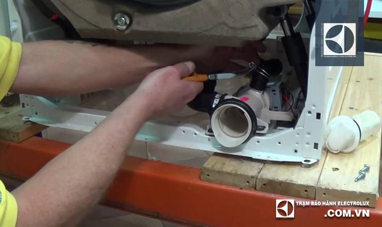 Kiểm tra bơm và thay bơm khi cần thiết