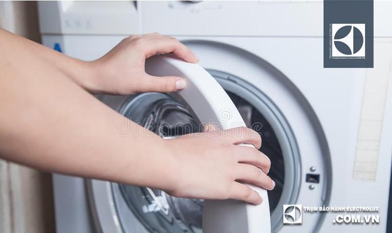Đóng cửa và cho nước giặt vào ngăn đựng chuyên dụng