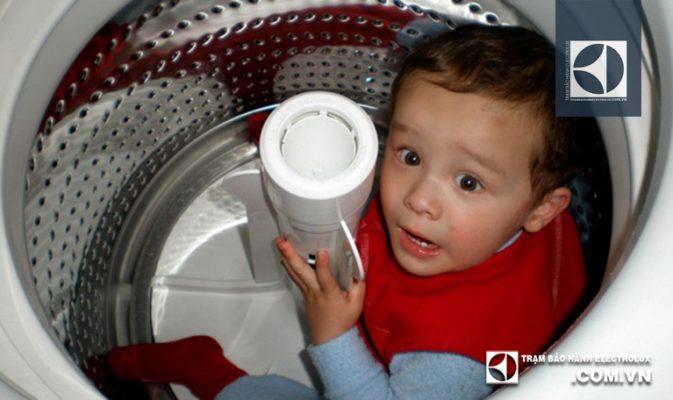 Chế độ khóa trẻ em ở máy giặt Electrolux là gì?