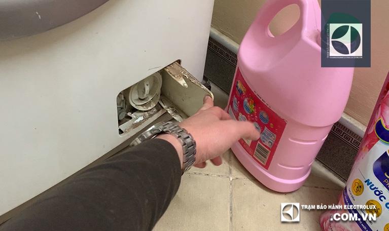 Mở lắp hộc lọc cặn máy giặt